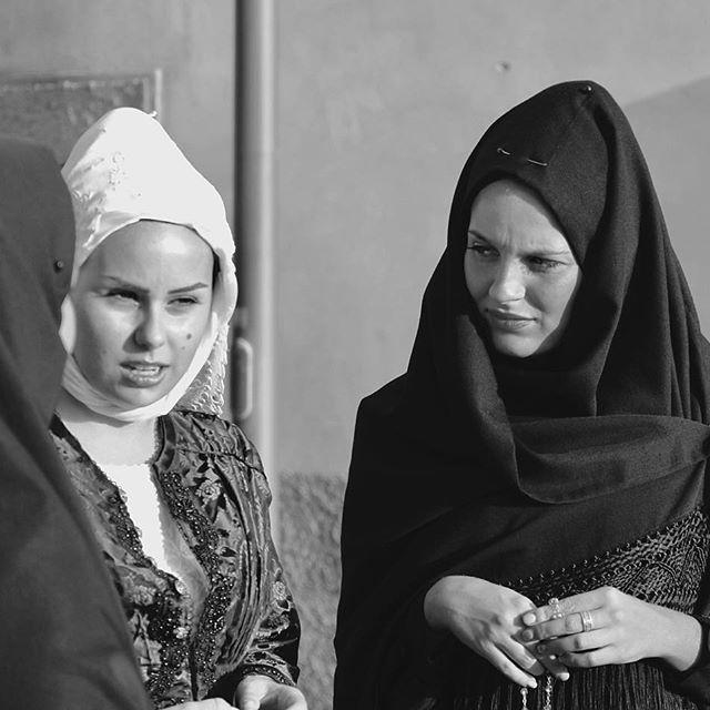 immagine di donne in abiti tradizionali sardi