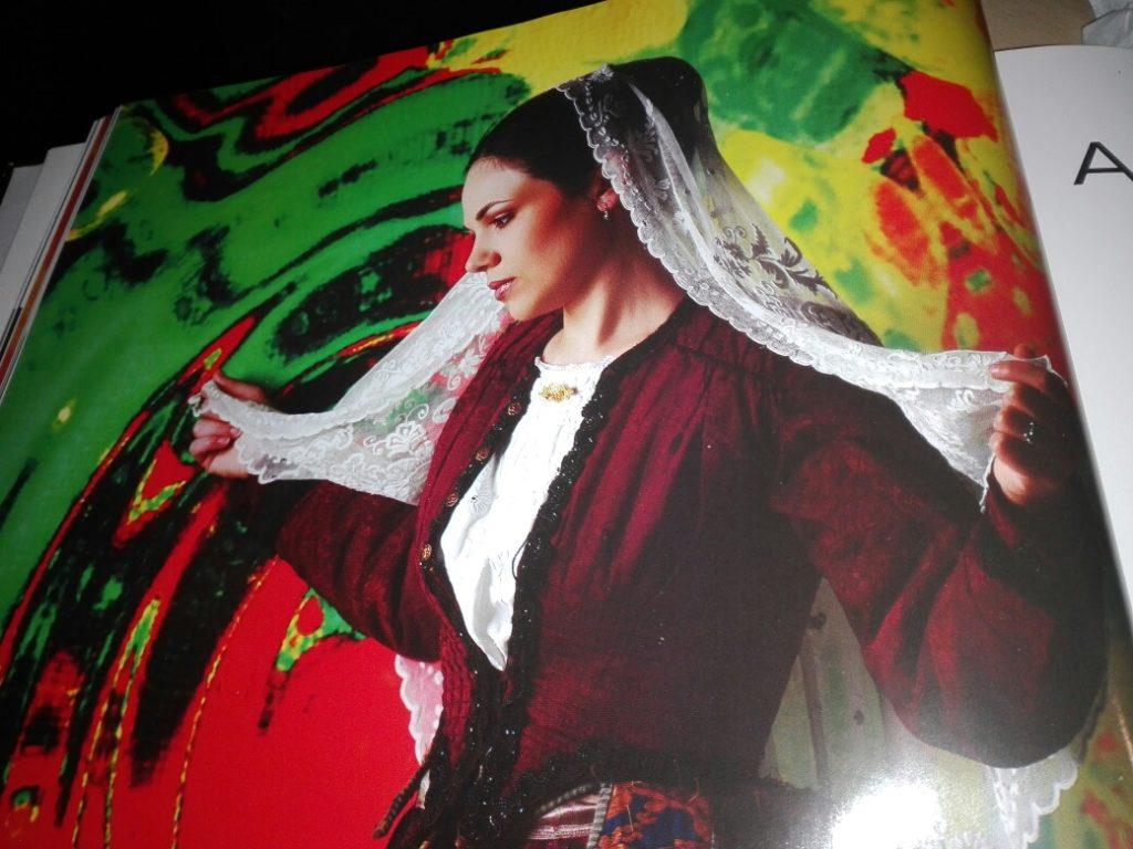 sposa con abiti tradizionali sardi di aidomaggiore
