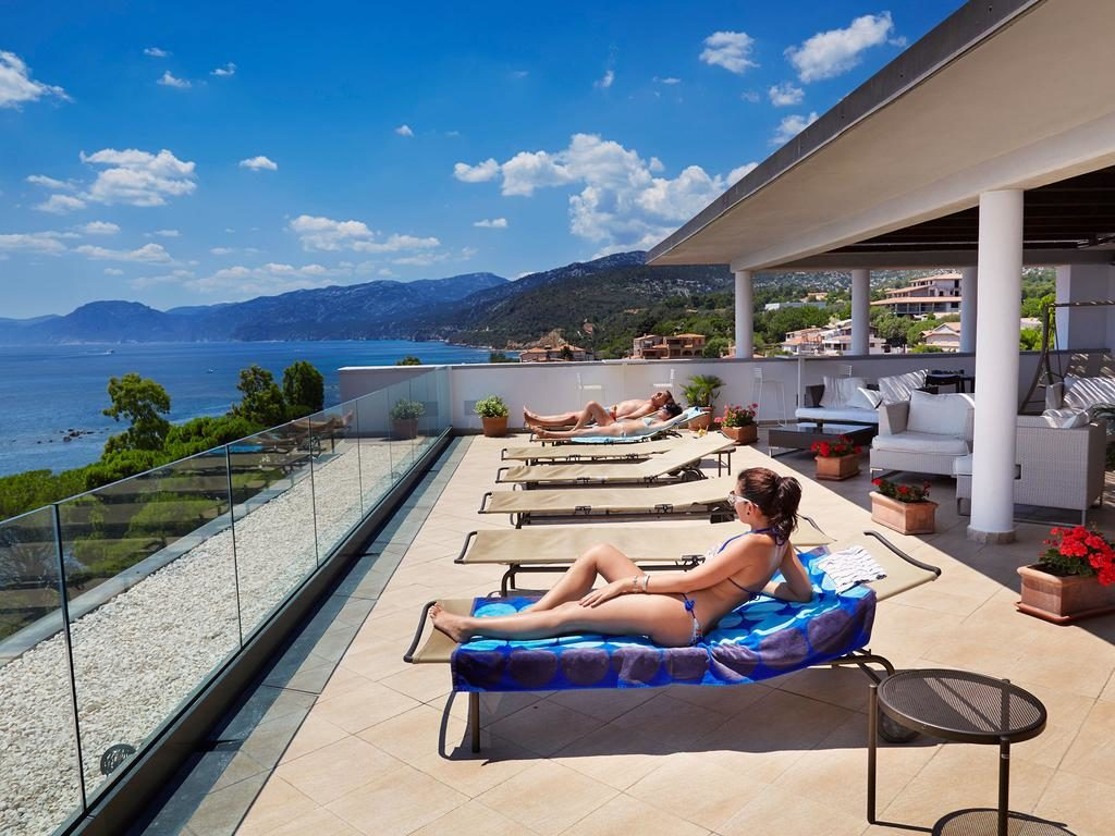 image of the terrace of cala luna hotel in cala gonone