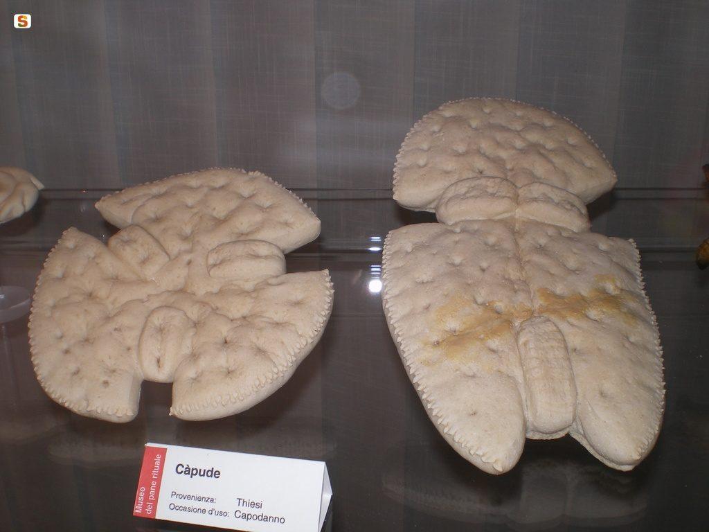 immagine di una teca contenente il cabude pane tipico del capodanno in Sardegna