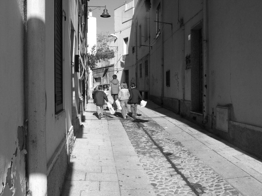 bambini che eseguono la questua pe rle strade in un articolo dedicato alla questua di Capodanno in Sardegna