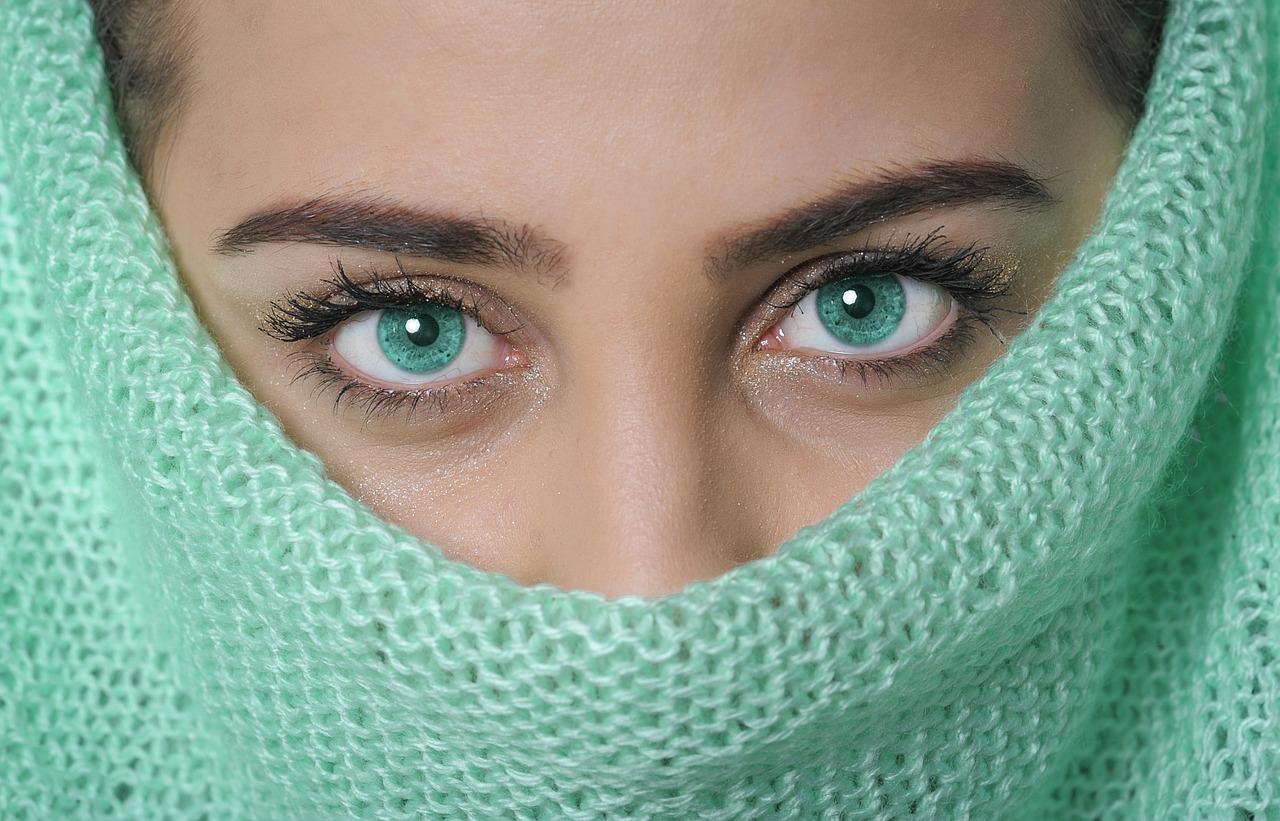 immagine degli occhi di una ragazza con velo turchese in un articolo sul rito della fidanzata nascosta nel matrimonio gallurese