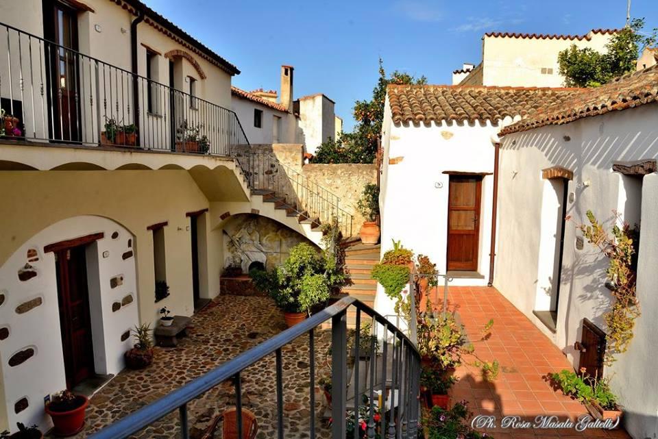 immagine del cortile dell'hotel Antico Borgo di Galtelli