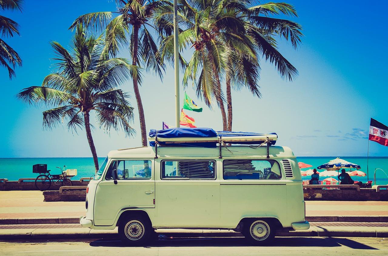 immagine per travel blogger che ritrae un camioncino in viaggio davanti alla spiaggia