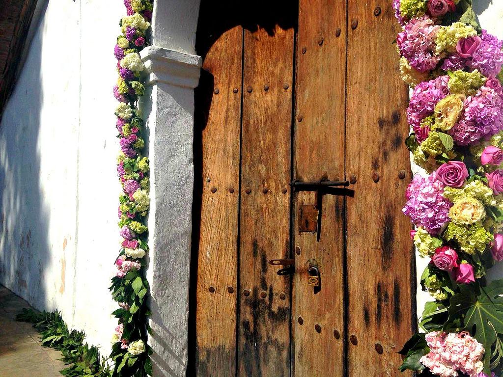 immagine che raffigura una porta in sardegna con fiori e addobbi nuziali in un articolo sul matrimonio in Gallura
