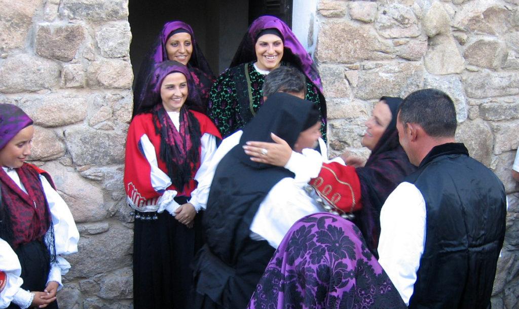 immagine di persone che si abbracciano in occasione di un matrimonio in gallura