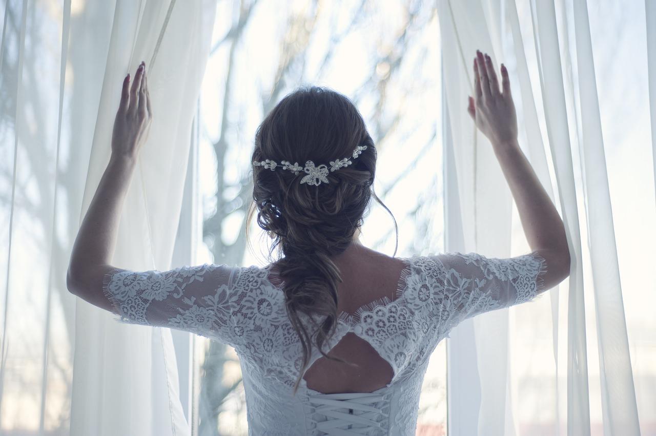 immagine di una sposa di spalle in un articolo dedicato al matrimonio in Gallura
