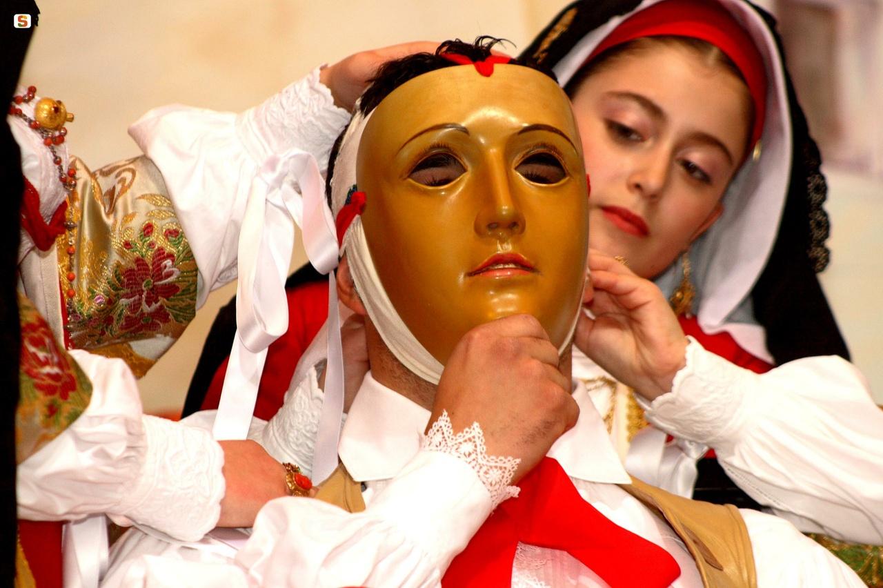 vestizione del componidori maschera tradizionale della Sartiglia di Oristano