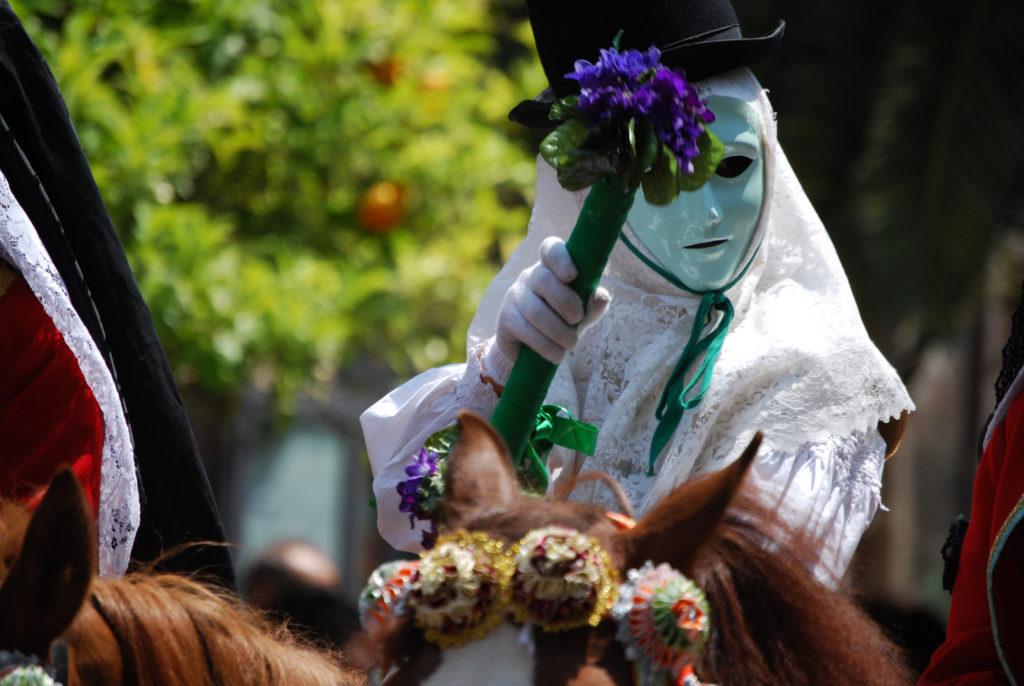 maschera del componidori di oristano con mazzo di fiori