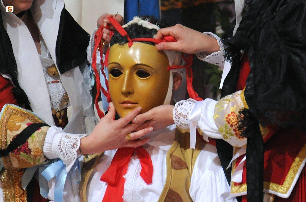 maschera del componidori della Sartiglia di Oristano durante la vestizione