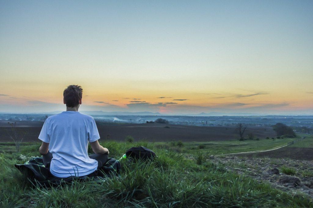 uomo che medita nella natura