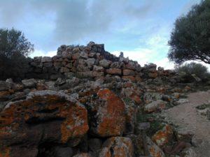 nuraghe-arrubiu-orroli-pietre-rosse-sandalia-racconta-blog