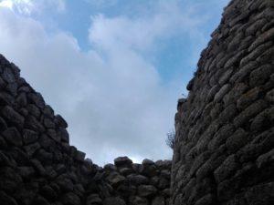 nuraghe-arrubiu-orroli-scorcio-cielo-sandalia-racconta-blog